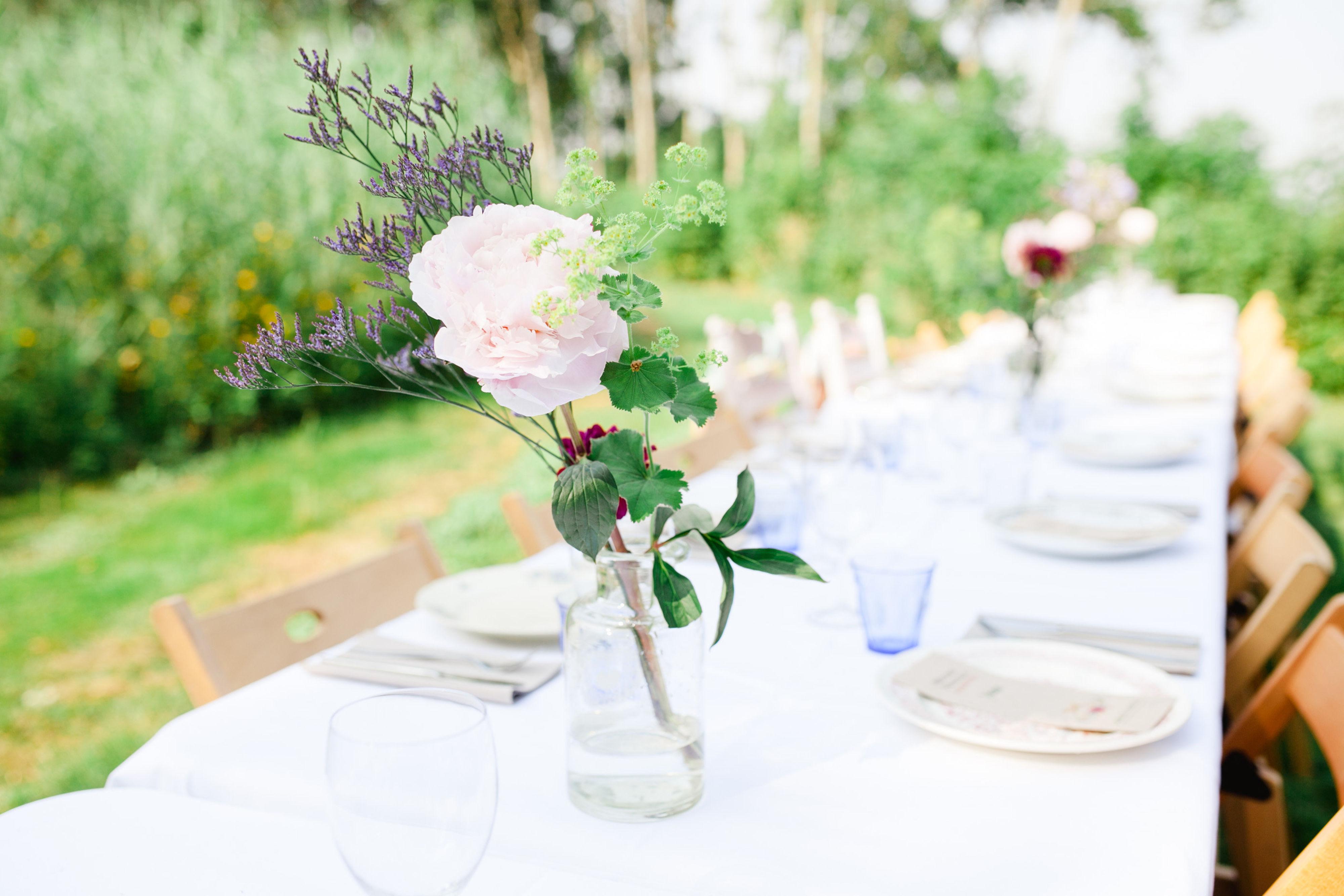 Eten aan lange tafels bruiloft