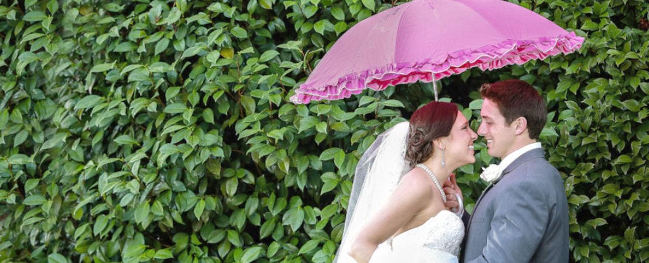 Large_bruidsparaplu_trouwdag_regen