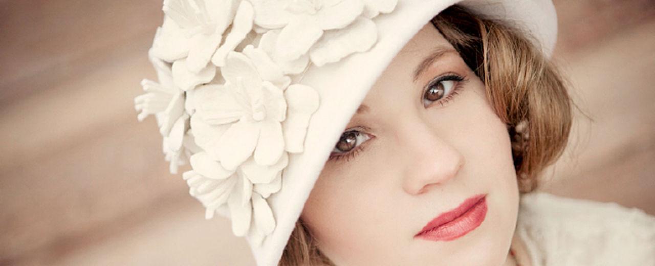 Large_bruidshoed_trouwkleding