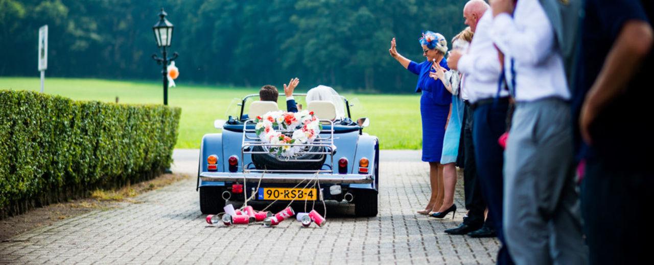 Large_blikjes_achter_auto_trouwen